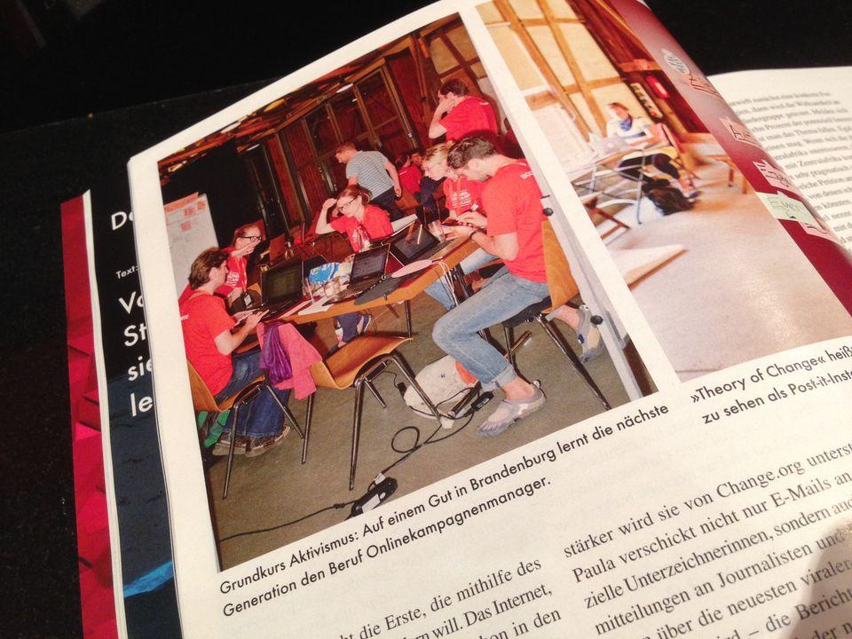 Das Campaign Boostcamp im Magazin NEON. Auf dem Foto sieht man die Boostcamper*innen in einer Teamaufgabe am Tisch sitzend.
