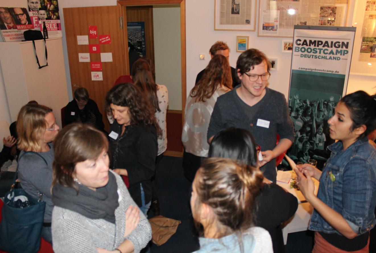 Networking beim ersten Kamingespräch des Campaign Boostcamps mit Kajo Wasserhövel